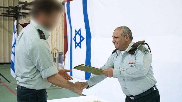 رئيس هيئة اركان الجيش غادي ايزنكوت يقدم مديح رسمي لوحدة 'سايرت ماتكال' ووحدة المخابرات العسكرية للمهمات الخاصة، 27 مارس 2018 (Israel Defense Forces)