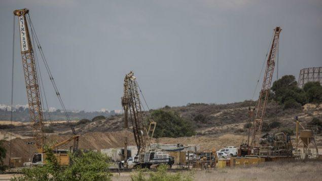في الصورة من 8 سبتمبر 2016، تعمل الآلات الثقيلة على حاجز تحت الأرض ضخم من المتوقع أن يمتد على طول حدود تصل إلى 60 كيلومتر عند اكتماله، على الجانب الإسرائيلي من الحدود مع غزة. (AP Photo / Tsafrir Abayov، File)