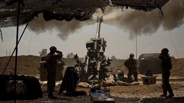جنود أمريكيون من فرقة المدفعية 82 المحمولة جوا يدعمون القوات العراقية التي تقاتل مقاتلي الدولة الإسلامية من قاعدتهم شرق الموصل في 17 أبريل 2017. (AP Photo / Maya Alleruzzo، File)