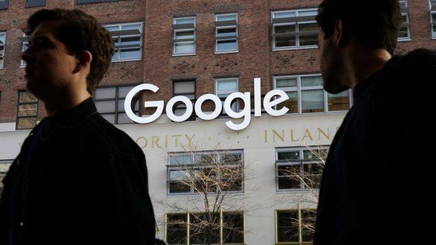 اشخاص يمرون امام مكاتب غوغل في نيويورك، 4 ديسمبر 2017 (AP Photo/Mark Lennihan, File)