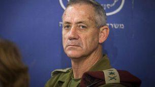 رئيس هيئة أركان الجيش الإسرائيلي حينذاك، بيني غانتس في جلسة للمجلس الوزاري الأمني في وزارة الدفاع في تل أبيب، 31 يوليو، 2014.  (AP Photo/Dan Balilty, Pool, File)