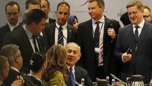 رئيس الوزراء الإسرائيلي بينيامين نتنياهو، وسط الصورة، يصل إلى جلسة في 'مؤتمر السلام والأمن في الشرق الأوسط' المنعقد في وارسو، بولندان، الخميس، 14 فبراير، 2019. (AP Photo/Czarek Sokolowski)