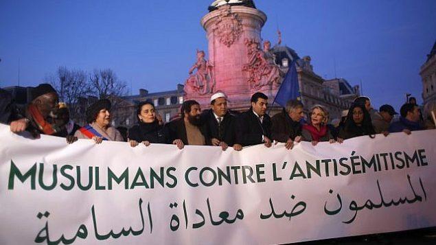 مسلمون فرنسيون يحتشدون في ساحة الجمهورية للاحتجاج على معاداة السامية في باريس، فرنسا، 19 فبراير، 2019.  (AP Photo/Thibault Camus)