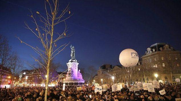 أشخاص يحتجون في ساحة الجمهورية احتجاجا على معاداة السامية، باريس، فرنسا، الثلاثاء، 19 فبراير، 2019.  (AP Photo/Thibault Camus)