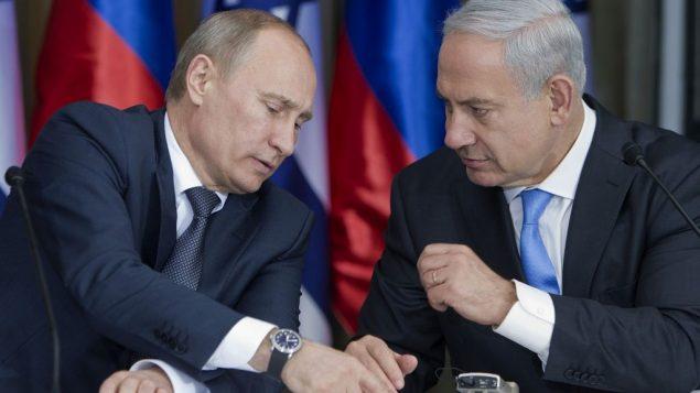 الرئيس الروسي فلاديمير بوتين ورئيس الوزراء بنيامين نتنياهو، اثناء تجهيزهما لمؤتمر صحفي مشترك بعد لقاء ووجبة غذاء في منزل رئيس الوزراء في القدس، 25 يونيو 2012 (AP/Jim Hollander, Pool/File)