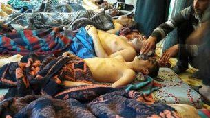 أرشيف - في هذه الصورة من الأرشيف التي تم التقاطها في 4 أبريل، 2017، يظهر ضحايا ما يُشتبه بأنهم هجوم بالأسلحة الكيميائي وهم ممددون على الأرض، في بلدة خان شيخون الواقعة في محافظ إدلب في شمال سوريا. (Alaa Alyousef via AP, File)