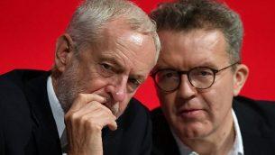 زعيم حزل 'العمال' البريطاني المعارض، جيريمي كوربين، من اليسار، يتحدث مع نائبه توم واتسون، خلال افتتاح المؤتمر السنوي للحزب في ليفربول، إنجلترا، 23 سبتمبر، 2018.  (Stefan Rousseau/PA via AP)