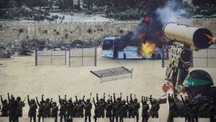 مسلحون ملثمون من كتائب القسام، الجناح العسكري لحركة حماس، امام ملصق ضخم يظهر هجوم زائف ضد حافلة، خلال تجمع في غزة، 16 ديسمبر 2018 (AP/Khalil Hamra)