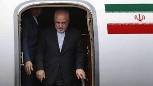 وزير الخارجية الإيراني محمد جواد ظريف يصل مطار رفيق الحريري في بيروت، 10 فبراير 2019 (Hussein Malla/Ap)