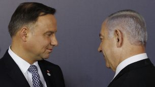 الرئيس البلوندي اندري دودا ورئيس الوزراء الإسرائيلي بنيامين نتنياهو يتحدثان بعد صورة جامعية في القصر الملكي في وارسو، بولندا، 13 فبراير 2019 (AP/Czarek Sokolowski)