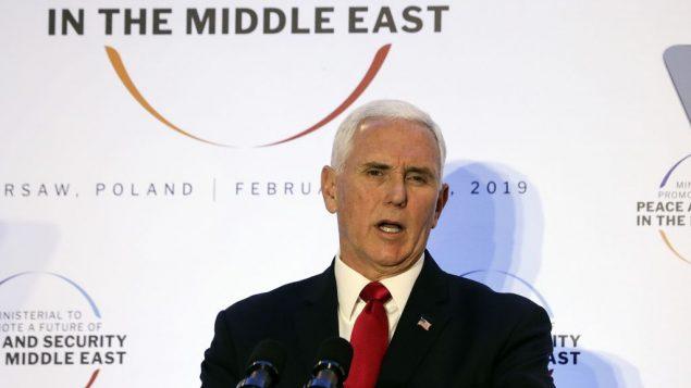 نائب الرئيس الامريكي مايك بنس خلال مؤتمر السلام والامن في الشرق الاوسط، في وارسو، بولندا، 14 فبراير 2019 (AP Photo/Michael Sohn)