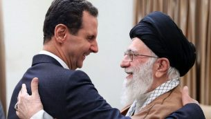صورة صادرة عن وكالة 'سانا' السورية الرسمية، تظهر الرئيس السوري بشار الاسد يصافح المرشد الاعلى الإيراني آية الله علي خامنئي قبل لقائهما في طهران، 25 فبراير 2019 (SANA via AP)