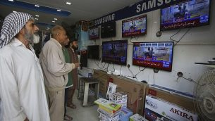 باكستانيون يشاهدون نشرات الأخبار على القنوات التلفزيونية في كاراتشي، باكستان، 27 فبرايرن 2019.