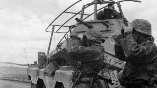 """تقدم جنود فرقة """"فافن إس إس ويكينغ"""" إلى الاتحاد السوفياتي في عام 1941 خلال عملية بربروسا في ألمانيا النازية. (ويكيبيديا / Bundesarchiv / Hummel / CC BY-SA)"""