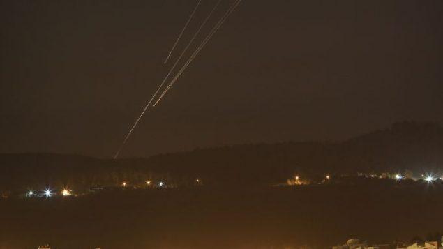 صواريخ فوق مركز اسرائيل في اليوم الخامس من عملية الجرف الصامد، 12 يوليو 2014 (Nati Shohat/Flash90)