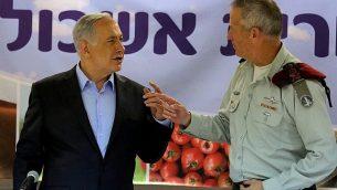 رئيس الوزراء بينيامين نتنياهو، من اليسار، ورئيس هيئة أركان الجيش الإسرائيلي، بيني غانتس، في المجلس الإقليمي إشكول بجنوب إسرائيل، 22 سبتمبر، 2014، ( Edi Israel/POOL/Flash90)