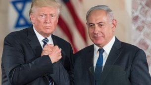 الرئيس الأمريكي دونالد ترامب ورئيس الوزراء الإسرائيلي بينيامين نتنياهو يتصافحان بعد إلقاء كلمة في 'متحف إسرائيل' في القدس، 23 مايو، 2017.  (Yonatan Sindel/Flash90)