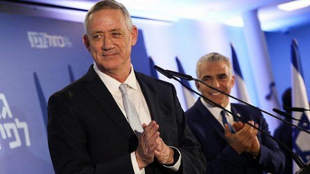 قائدا حزب 'أزرق أبيض' بيني غانتس، من اليسار، ويائير لابيد، من اليمين، في الإعلان عن التحالف الجديد في تل أبيب، 21 فبراير، 2019.  (Noam Revkin Fenton/Flash90)