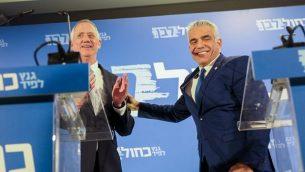 بيني غانتس ويائير لابيد، رئيسا حزب 'أزرق أبيض' ، يدليان ببيان مشترك في تل أبيب، 21 فبراير، 2019. (Noam Revkin Fenton/Flash90)
