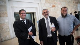 نشطاء اليمين المتطرف ميخائيل بن آري، المحامي إيتمار بن غفير، وبنتسي غوبشتين يصلون على المحكمة العليا في القدس، 12 مارس، 2018. (Hadas Parush/Flash90)