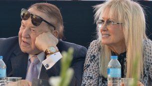 شلدون ادلسون وزوجته ميريام خلال مراسيم لكلية الطب الجديدة في جامعة ارئيل في الضفة الغربية، 19 اغسطس 2018 (Ben Dori/Flash90)