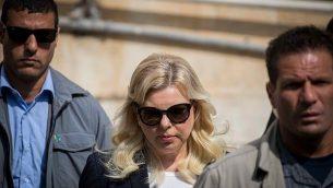 سارة نتنياهو، زوجة رئيس الوزراء بينيامين نتنياهو، تصل إلى محكمة الصلح في القدس في 7 أكتوبر، 2018.  (Yonatan Sindel/Flash90)