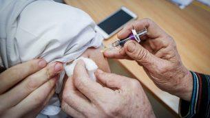صورة توضيحية لرجل يتلقى تطعيما في صفد في شمال إسرائيل،  نوفمبر / تشرين الثاني 2018. (David Cohen / Flash90)