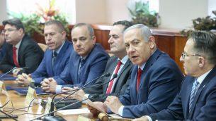 رئيس الوزراء بينيامين نتنياهو يترأس الجلسة الأسبوعية للحكومة، في مكتب رئيس الوزراء في القدس، 9 ديسمبر، 2018. (Marc Israel Sellem/POOL)