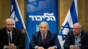 رئيس الوزراء بينيامين نتنياهو، وسط الصورة، في اجتماع لكتلة الليكود في الكنيست، 24 ديسمبر، 2018.  (Yonatan Sindel/Flash90)