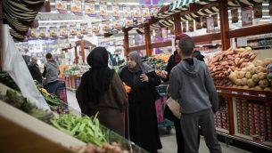 فلسطينيون يتسوقون في مركز التسوق الجديد في عطاروت، الذي افتتحخ رجل الأعمال رامي ليفي، مالك سلسلة المتاجر 'رامي ليفي'، 13 يناير، 2019. (Hadas Parush/Flash90)