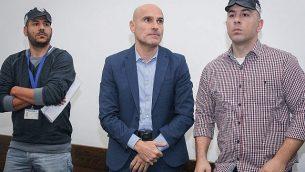 رئيس نقابة المحامين الإسرائيلية السابق، آفي نافيه (وسط الصورة)، في محكمة في تل أبيب، 16 يناير، 2019. (Koko/Pool/Flash90)
