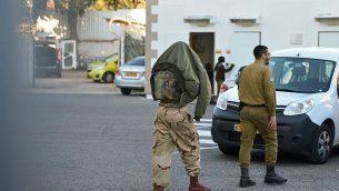 أحد الجنود الإسرائيليين الخمسة (من اليسار) من لواء كفير الذين تم اعتقالهم للاشتباه باعتدائهم بالضرب على مشتبه بهما فلسطينيين، يصل إلى المحكمة العسكرية في يافا، 10 يناير، 2019. (Flash90)