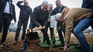رئيس الوزراء بينيامين نتنياهو يغرس شجرة زيتون في حينتيف هأفوت في مستوطنة إلعازار بالضفة الغربية، 28 يناير، 2019. (Marc Israel Sellem/POOL)