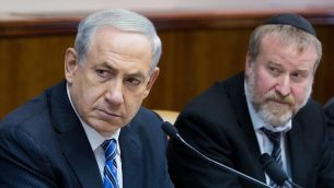 رئيس الوزراء بنيامين نتنياهو وسكرتير الحكومة حينها افيخاي ماندلبليت خلال جلسة الحكومة الاسبوعية في مكتب رئيس الوزراء في القدس، 2 فبراير 2014 (Yonatan Sindel/Flash90)