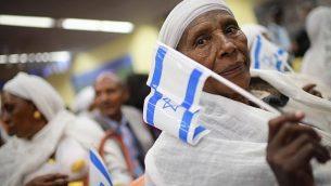 أفراد من الجالية اليهودية الإثيوبية يصلون إلى مكاتب الهجرة في مطار بن غوريون في 4 فبراير، 2019. (Tomer Neuberg/Flash90)