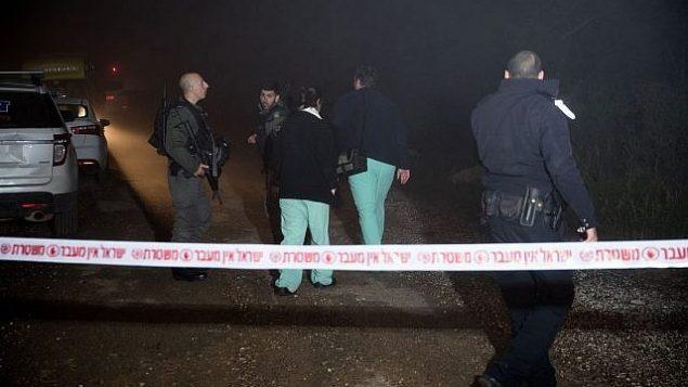 قوى الأمن الإسرائيلية في موقع تم العثور فيه على جثة امرأة شابة في عين ياعيل، على أطراف مدينة القدس، 7 فبراير، 2019.   (Yonatan Sindel/Flash90)