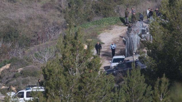 قوى الأمن في الموقع الذي عُثر فيه على جثة شابة في غابة عين ياعيل في القدس، 7 فبراير، 2019.  (Yonatan Sindel/Flash90)