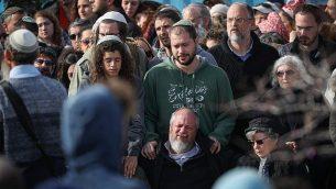 الأصدقاء والأقارب يحضرون جنازة أوري أنسباخر، في مستوطنة تقوع اليهودية، 8 فبراير، 2019. (Yonatan Sindel/Flash90)