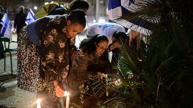 اسرائيليون يضيئون شموع في ذكرى أوري انسباخر، في ساحة رابين في تل ابيب، 9 فبراير 2019 (Tomer Neuberg/Flash90)