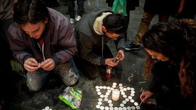 اسرائيليون يضيئون شموع في ذكرى أوري انسباخر، في ساحة صهيون بالقدس، 9 فبراير 2019 (Yonatan Sindel/Flash90)