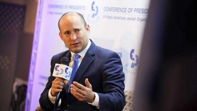 وزير التعليم نفتالي بينيت يتحدث في مؤتمر رؤساء المنظمات اليهودية الأمريكية الكبرى، في القدس، في 18 فبراير 2019 (Hadas Parush/Flash90)