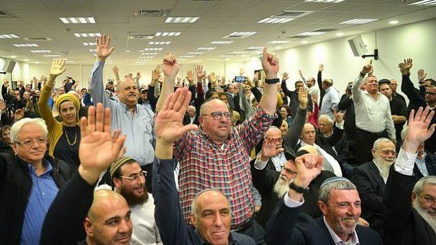 حزب 'البيت اليهودي' يصوت على تحالف قبل الانتخابات مع حزب 'عوتسما يهوديت' في بيتح تيكفا، 20 فبراير، 2019.  (Yehuda Haim/Flash90)