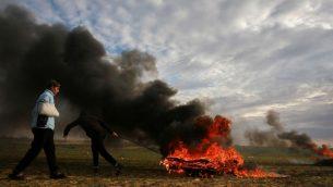 متظاهرون فلسطينيون خلال اشتباكات مع القوات الإسرائيلية عند الحدود مع اسرائيل، شرقي رفح، جنوب قطاع غزة، 22 فبراير 2019 (Abed Rahim Khatib/ Flash90)