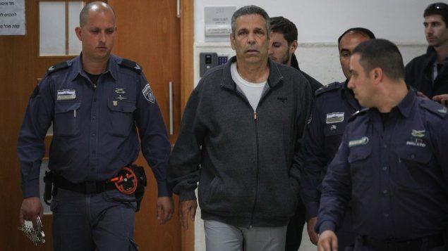 وزير الطاقة السابق غونين سيغيف في محكمة القدس المركزية لسماع الحكم في قضية التجسس لصالح إيران، 26 فبراير 2019 (Yonatan Sindel/Flash90)