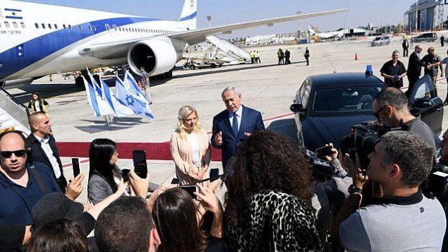 رئيس الوزراء بينيامين نتنياهو يتحدث مع الصحافيين في مطار بن غوريون في 25 سبتمبر، 2018، قبل صعوده الطائرة متوجها إلى نيويورك للمشاركة في مؤتمر الجمعية العامة للأمم المتحدة. (Avi Ohayun/GPO)