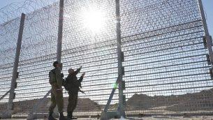 تقوم إسرائيل ببناء بسياج فوق الأرض حول قطاع غزة، بهدف منع التسلل، في فبراير 2019. (وزارة الدفاع)