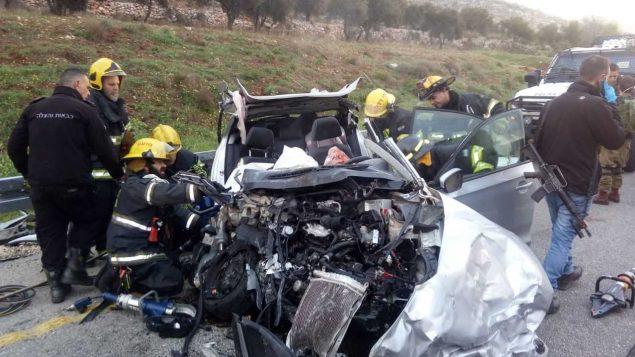 طوقم انقاذ في ساحة حادث طرق دامي في مركز الضفة الغربية، 19 فبراير 2019 (Israel Police)