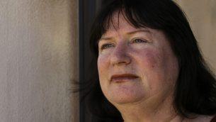 ريكي إيال تقف أمام باب منزلها في عراد، يناير ، 2019.  (Johanna Chisholm/Times of Israel)
