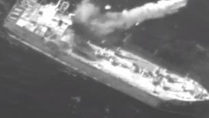 صاروخ 'هاربون' يقصف سفينة شحن قديمة ضمن تدريب عسكري اسرائيلي، يناير 2019 (Screen capture: Israel Defense Forces)