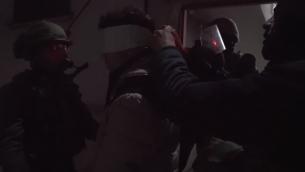 القوات الإسرائيلية في مخيم العروب في وسط الضفة الغربية تعتقل مشتبها فلسطينيا بإلقاء الحجارة في طريق سريع مجاور، 20 فبراير، 2019. (Screen capture: Israel Defense Forces)